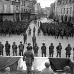 prise_armes_ceremonie_silver_star_soldat_americain_101_airborne_AB_place_republique_carentan_juin_1944_normandie