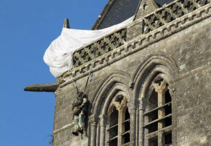 parachutiste clocher Sainte Mere Eglise