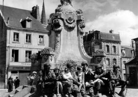 Soldats et enfants au monument aux Morts Carentan – archives