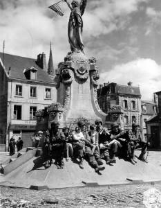 soldat_enfant_monument_place_republique_carentan_juin_1944_normandie